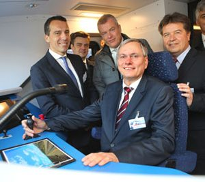 Christian Kern, CEO of ÖBB; Jürgen Wilder, CEO of Siemens Business Unit Mainline Transport; Jochen Eickholt, CEO of the Siemens Mobility Division; the Austrian Federal Minister for Transport, Alois Stöger; Reinhold Entholzer